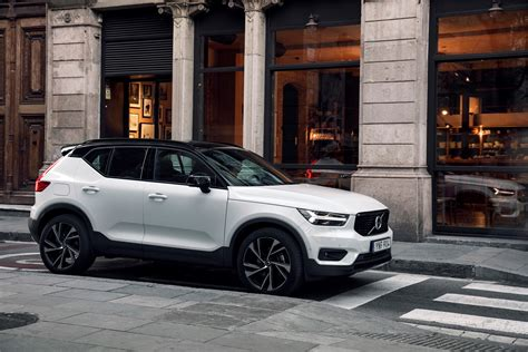 New Volvo XC40 T5 R-Design Crystal White Lifestyle Driving
